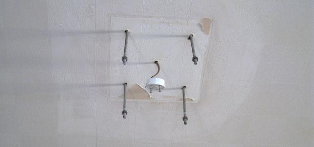 天井吊り下げ棚のボルト痕